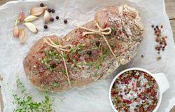 Świeża surowa wieprzowina z pikantność - macierzanka, czosnek, sól, pieprz Obraz Royalty Free