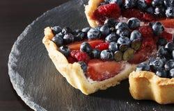 Świeża truskawka, czarna jagoda i malinka z ricotta tarta, zasychamy zdjęcia stock