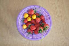 Świeża truskawka i przylądka agrest w plastikowym koszu Zdjęcia Royalty Free