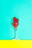 Świeża truskawka i sok na błękitnym tle Mieszkanie nieatutowy Zdjęcia Royalty Free