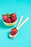 Świeża truskawka i sok na drewno stole Mieszkanie nieatutowy Obraz Stock
