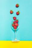 Świeża truskawka i sok na drewno stole Mieszkanie nieatutowy Zdjęcia Royalty Free