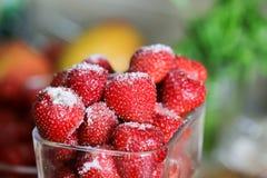 Świeża truskawka plamy tło z cukierem na wierzchołku Zdjęcie Stock