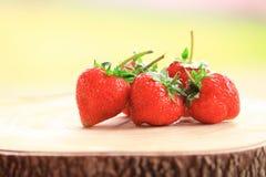 Świeża truskawka, słodkie owoc na drewnianej ciapanie desce, fotografia royalty free