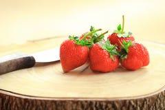 Świeża truskawka, słodkie owoc na drewnianej ciapanie desce z nożem, zdjęcia royalty free