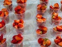 Świeża truskawka w przejrzystych plastikowych szkłach dla sprzedaży przy ulicznym rynkiem zdjęcie stock