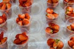 Świeża truskawka w przejrzystych plastikowych szkłach dla sprzedaży przy ulicznym rynkiem obrazy stock