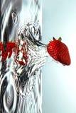 Świeża truskawka w wodzie Obrazy Royalty Free