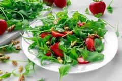 Świeża truskawkowa sałatka z arugula na bielu talerzu Zdjęcia Royalty Free