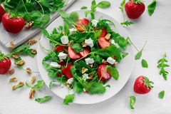 Świeża truskawkowa sałatka z feta serem, arugula na bielu talerzu Zdjęcie Royalty Free