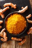 Świeża turmeric pikantność w korzeniu w górę i pucharze Pionowo odgórny widok zdjęcie stock