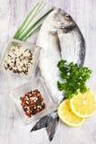 Świeża uncooked dorado ryba z dzikimi ryż i pieprz mieszamy na ligh Zdjęcia Stock