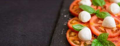 Świeża włoska caprese sałatka na zmroku talerzu Długi format, selecti Zdjęcia Royalty Free