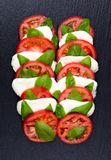 Świeża włoska caprese sałatka z mozzarellą i pomidorami Zdjęcia Stock