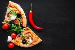 Świeża włoska klasyczna pizza Margherita na czarnym tle z Fotografia Stock
