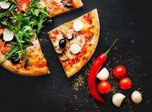 Świeża włoska klasyczna pizza Margherita na czarnym tle z Zdjęcia Stock