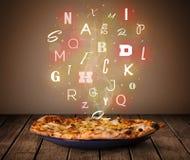 Świeża włoska pizza z kolorowymi listami na drewnie Fotografia Royalty Free