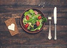 Świeża weganin sałatka z chlebowymi chipsami, kierowym kształta serem i silv, Zdjęcia Royalty Free