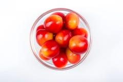Świeża wiśnia na talerzu na białym tle wiśni dojrzały świeży wiśnie jeden półkowy słodki biel jagody Fotografia Stock