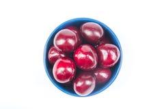Świeża wiśnia na talerzu na Odosobnionym białym tle wiśni dojrzały świeży wiśnie jeden półkowy słodki biel jagody Fotografia Stock