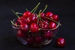 Świeża wiśnia w szklanym talerzu fotografia stock
