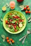 Świeża wiosny sałatka z arugula, szpinak, burak opuszcza, pomidory, ogórków plasterki i słodki pieprz, Fotografia Royalty Free