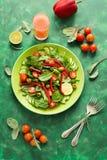 Świeża wiosny sałatka z arugula, szpinak, burak opuszcza, pomidory, ogórków plasterki i słodki pieprz, Zdjęcie Royalty Free