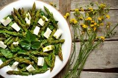 Świeża wiosny sałatka z asparagusa i feta serem Obraz Stock