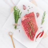 Świeża wołowina polędwicowa z składnikami w kucharstwie fotografia royalty free