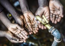 Świeża Woda dla Afryka symbolu Czarnymi dziećmi Obraz Stock
