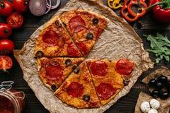 Świeża wyśmienicie pizza z pizza składnikami na drewnianym stole, odgórny widok obraz royalty free