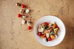 Świeża zdrowa Caesar sałatka z chiken na kamienia stole zdjęcia stock