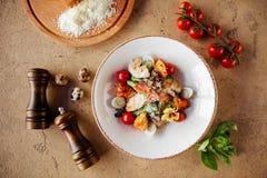 Świeża zdrowa Caesar sałatka z chiken na kamienia stole obrazy stock