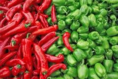 Świeża zieleń i czerwony organicznie dzwonkowych pieprzy capsicum na pokazie dla sprzedaży przy lokalnym średniorolnym ` s targow Zdjęcia Royalty Free