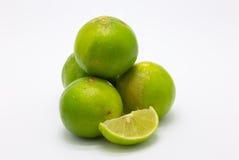 Świeża zieleń wapni owoc i plasterek na białym tle Obraz Royalty Free