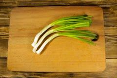 Świeża zielona cebula na tnącej desce na drewnianym stole Fotografia Stock