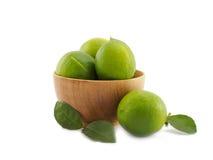 Świeża zielona cytryny grupa w drewnianym pucharze na białym tle Zdjęcia Stock