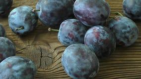 Świeże śliwki na drewnianym stole zbiory