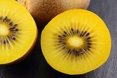 Świeże żółte kiwi owoc na krytykują talerza Zdjęcia Stock