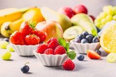 Świeże asortowane owoc i jagody Obraz Royalty Free