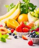Świeże asortowane owoc i jagody Zdjęcie Stock