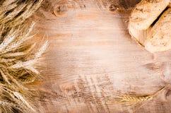 Świeże babeczki i pszeniczni ucho na drewnianym tle Rama Fotografia Royalty Free