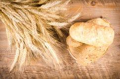 Świeże babeczki i pszeniczni ucho w czarnym tle Zdjęcia Royalty Free