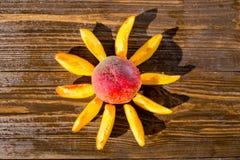 Świeże brzoskwinie, brzoskwini zamknięty up owocowy tło, brzoskwinia na drewnianych półdupkach zdjęcie stock