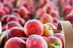 Świeże brzoskwinie przy produkt spożywczy stojakiem zdjęcie royalty free