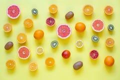 Świeże cytrus owoc rozszczepiać na żółtym tle Zdjęcia Royalty Free