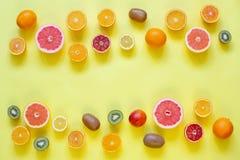 Świeże cytrus owoc rozszczepiać na żółtym tle Zdjęcie Stock