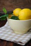 Świeże cytryny w pucharze na drewnianym stole Fotografia Royalty Free
