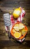 Świeże cytryny w pucharze z zapałem i grater na tkaninie Obrazy Royalty Free