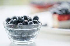 Świeże czarne jagody i czarna jagoda kulebiak Zdjęcie Stock
